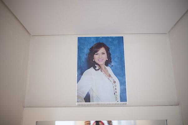 Một điều đặc biệt là ảnh của vợ nam danh hài - ca sĩ Phương Loan được trưng ở khắp phòng, từ bàn trang điểm, tivi, cho đến lịch treo tường.