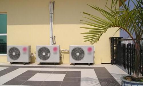 Không nên đặt cục nóng điều hòa ở những nơi nắng nóng, khiến máy hoạt động chậm, dễ hư hỏng hơn.