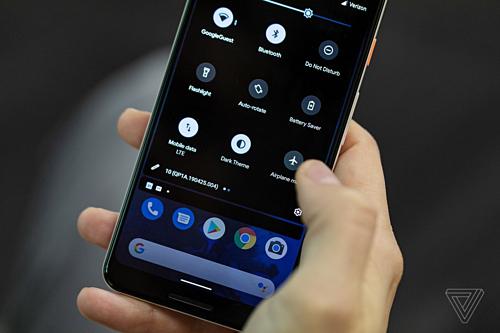 Hệ điều hành Android 10 Q có sẵn giao diện Dark Mode.