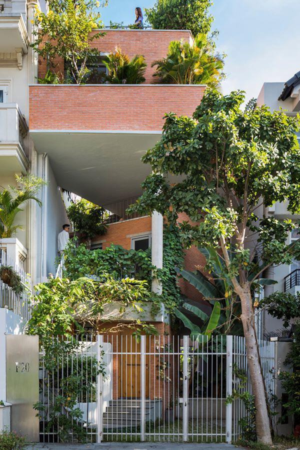 Căn nhà 3 tầng này nằm ở ngoại ô thành phố Hồ Chí Minh, cách trung tâm thành phố khoảng 15 phút lái xe.
