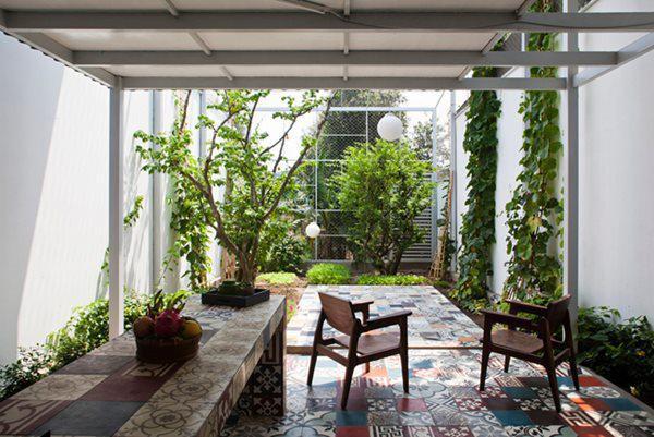 Nhà có cấu trúc 2 tầng, tầng trệt có phòng khách và bếp, khu vực nghỉ ngơi đẩy lên tầng 2.