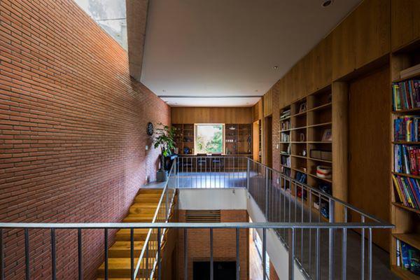 Căn nhà thiết kế dạng nhà ống nhưng các khoảng lệch tầng hợp lý giúp không gian sống không bị bí bách, luôn thông thoáng, nhiều ánh sáng.