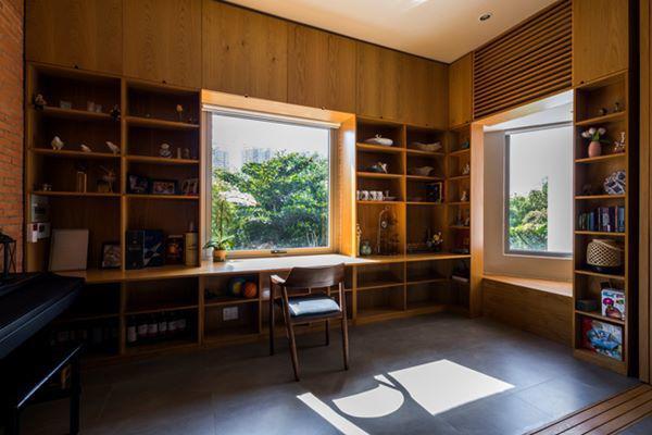 Ngôi nhà được thiết kế khá cởi mở, các phòng chức năng đều có cửa sổ lớn đón sáng hoặc lối đi ra các vườn cây, từ đó mối liên kết giữa con người và thiên nhiên càng thêm chặt chẽ.