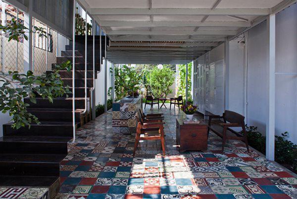 Mong muốn của ông là một căn nhà thoáng đãng, thân thiện với môi trường, thiên nhiên, đẹp và độc nhưng không được quá khác xa rời với kiến trúc xung quanh.
