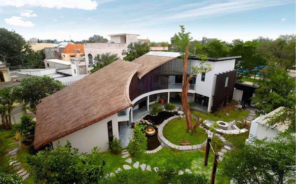 Về cấu trúc tòa nhà, các phòng chức năng được đặt giữa các không gian mở: Hành lang cong lớn, sân vườn, sân trong và sảnh được bố trí linh hoạt.