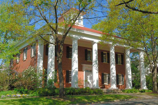 Trường Asheville, Bắc Carolina: Được xây dựng theo phong cách Tudor, Trường Asheville nằm trong dãy núi Blue Ridge, tạo ra một môi trường học tập đẹp như tranh vẽ.