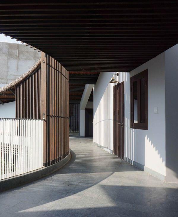 Thiết kế gỗ dọc hành lang mang lại cảm giác truyền thống, cổ kính