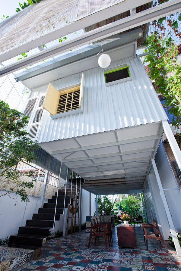 Kiến trúc sư đã sử dụng hệ thống dầm thép để tạo khung cơ bản, sau đó dùng các tấm tôn bọc ngoài.