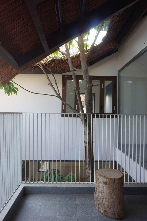 Mái nhà hoàn toàn lợp bằng lá, mang lại không khí mát mẻ giữa thời tiết nắng nóng