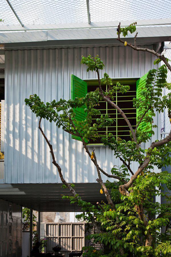 Khung nhà làm bằng các cột thép 90x90 và các dầm 30x30 kết nối với tấm kim loại rồi che phủ bằng việc trồng xen kẽ cây xanh.