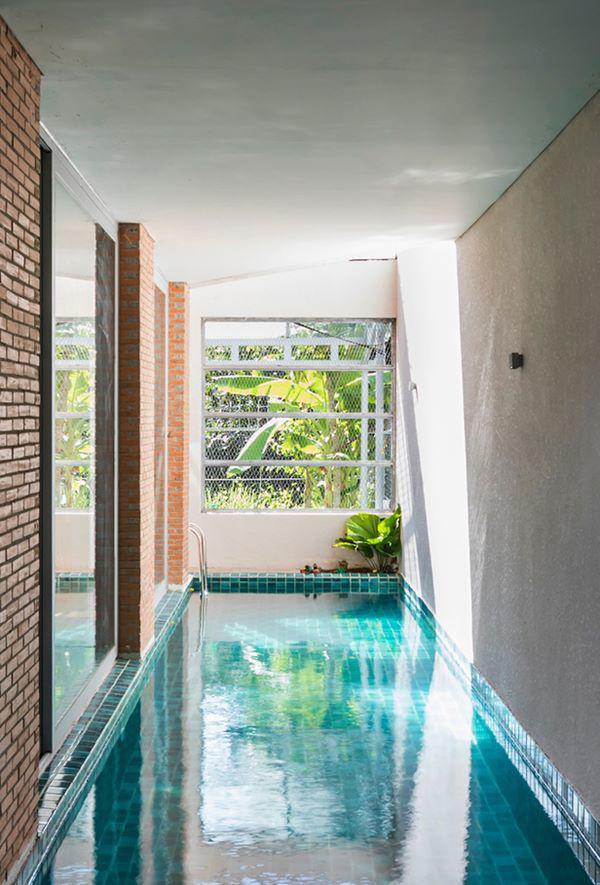 Vì thế, kiến trúc sư đã mang hồ bơi đặt vào phòng khách, chạy dọc theo chiều sâu của căn nhà.