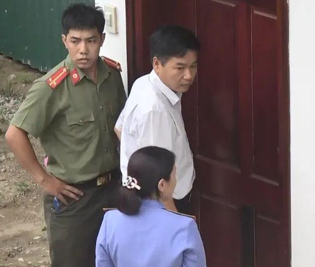 Cơ quan chức năng khám nhà ông Trần Xuân Yến (Phó giám đốc sở GD&ĐT Sơn La) trước đó.