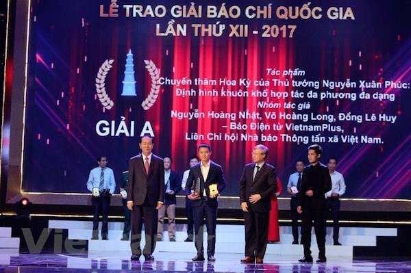 Trao giải A báo chí quốc gia năm 2017. Ảnh: Minh Sơn.