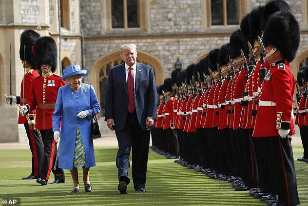 Ông Trump xuất hiện cùng Nữ hoàng Anh trong chuyến thăm năm 2018.