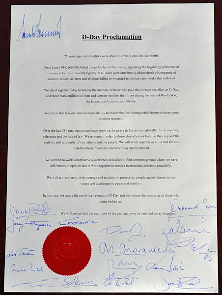 Chữ ký Trump trên nóc tuyên bố chung với lãnh đạo thế giới. Ảnh: AFP.