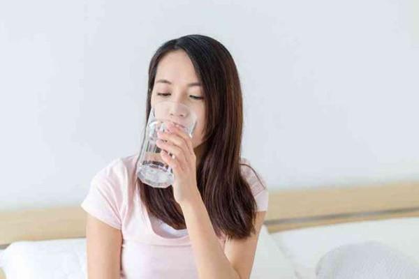 Khi uống nước nên uống nước ấm và uống từng ngụm nhỏ