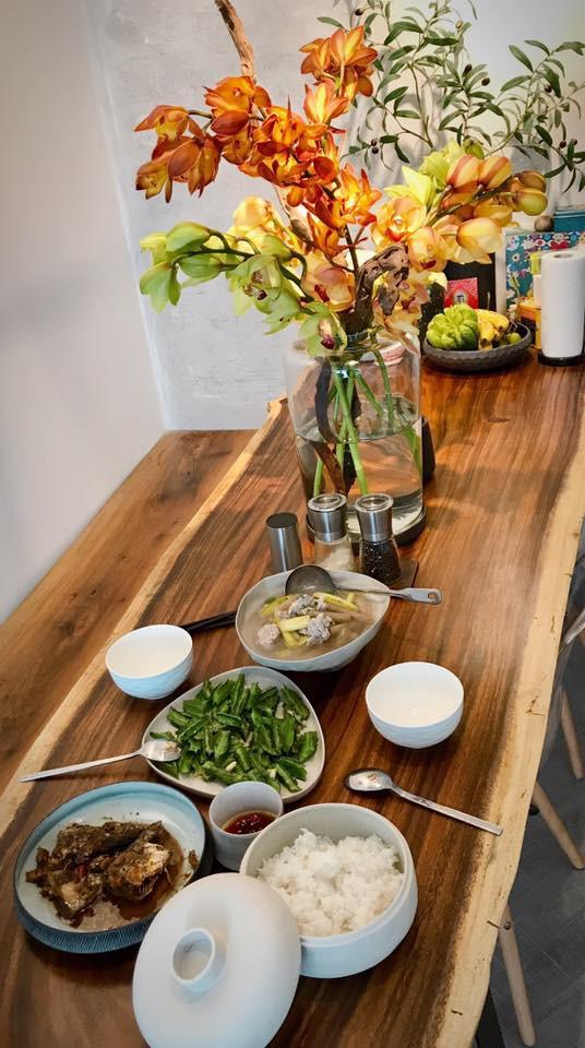Là người yêu thiên nhiên nên trên bàn ăn của cặp vợ chồng nổi tiếng không khó để thấy sự hiện diện của các lọ hoa xinh đẹp.