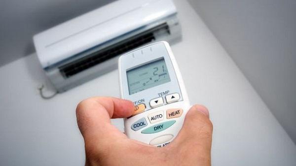 Bật điều hòa ở nhiệt độ quá thấp so với nhiệt độ ngoài trời dễ khiến trẻ bị ốm.