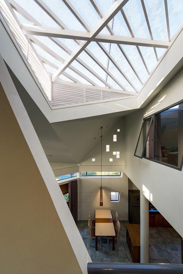 Mặc dù xung quanh chưa bị bao phủ bởi những ngôi nhà khác, tuy nhiên kiến trúc sư vẫn thiết kế giếng trời lớn và hệ cửa kính để đảm bảo ánh sáng, thông gió cho căn nhà về lâu về dài.