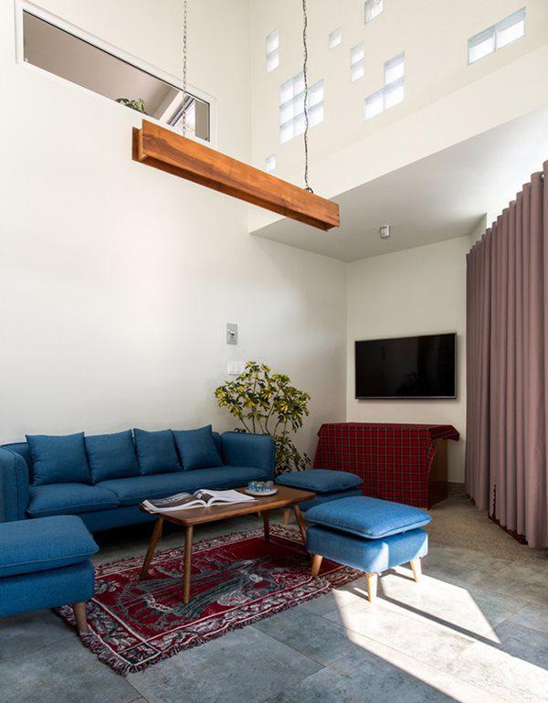 Tầng một được dành trọn vẹn cho các phòng sinh hoạt chung như phòng bếp, phòng khách, phòng giặt, nhà vệ sinh, nhà kho.