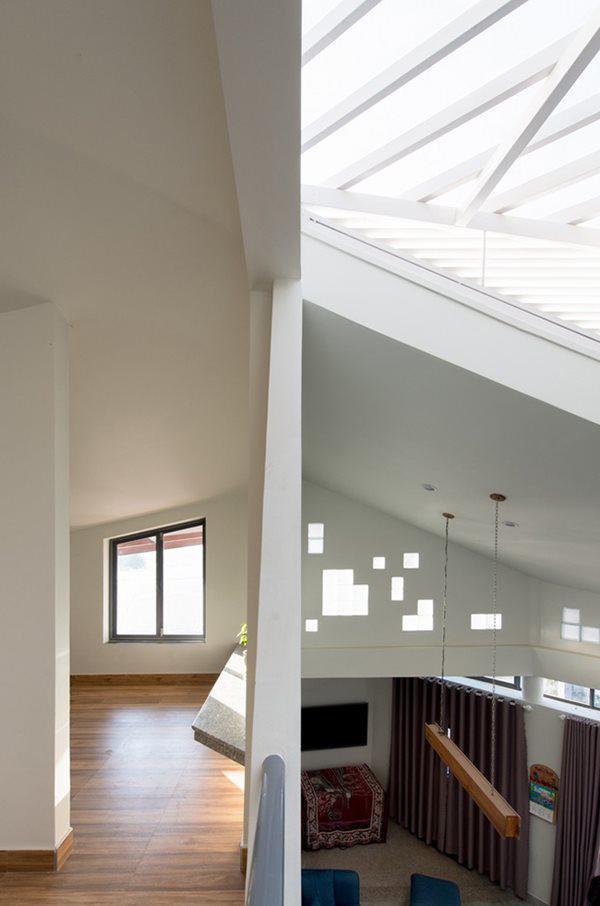 Tầng 2 là không gian riêng tư của các thành viên trong gia đình. Nhìn từ bên ngoài, căn nhà gây ấn tượng cho bất cứ ai từ cái nhìn đầu tiên với căn phòng gác mái ở tầng 2.