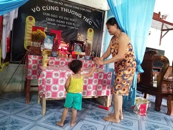 Người con út anh Vạn xin bà thắp hương cho mẹ và anh.