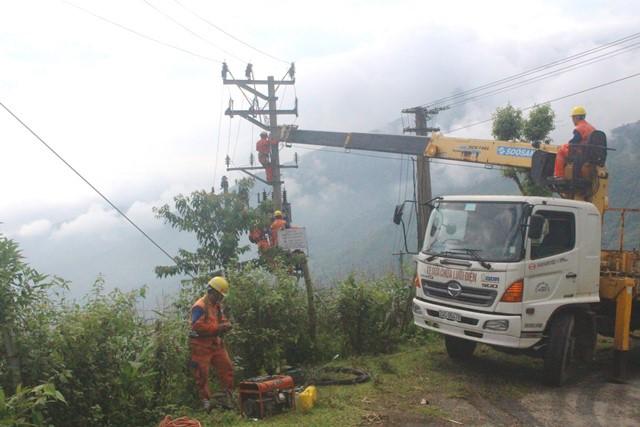 Hành trình kéo điện lên vùng cao của người thợ điện Lào Cai tới xã Phìn Ngan.