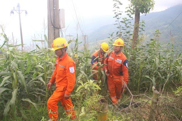 Nhiều đoạn đường xấu, công nhân Điện lực Bát Xát đi bộ vào thôn Sùng Vui, để sửa chữa sự cố lưới điện