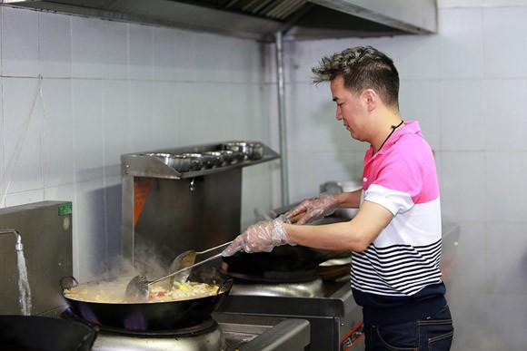 Đàm Vĩnh Hưng thể hiện tài nấu nướng như một đầu bếp chuyên nghiệp