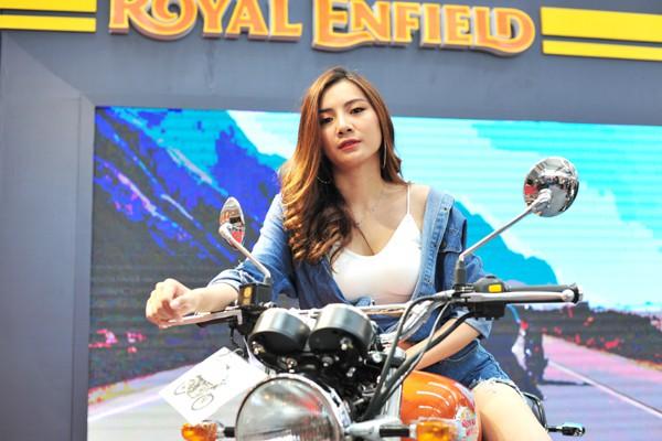 Người mẫu nóng bỏng của hãng xe máy Royal Enfield.