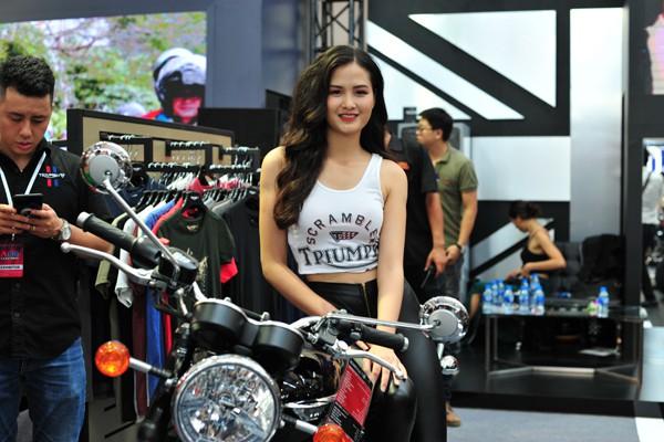 Hotgirl xinh xắn bên một mẫu xe của hãng Triumph.