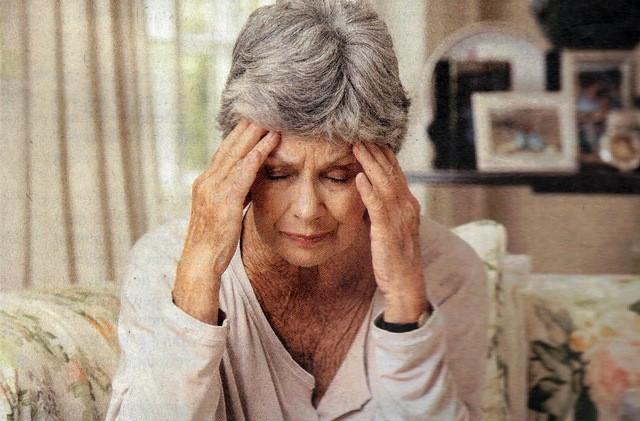 Trầm cảm đồng hành với các loại bệnh tật là một vấn đề đặc thù của người cao tuổi: bệnh lý tuyến giáp, thấp khớp, đột quỵ, tiểu đường hoặc Parkinson … đôi khi làm che giấu các triệu chứng của trầm cảm. Ảnh minh họa.