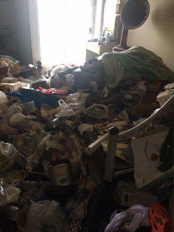Căn phòng tràn ngập rác khiến chủ nhà hốt hoảng vô cùng khi bước vào.