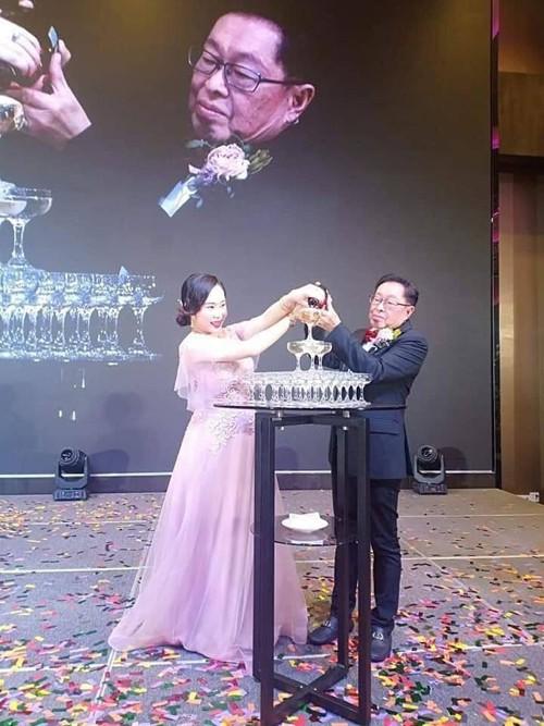 Cô dâu 29 tuổi tổ chức đám cưới với đại gia 71 tuổi.