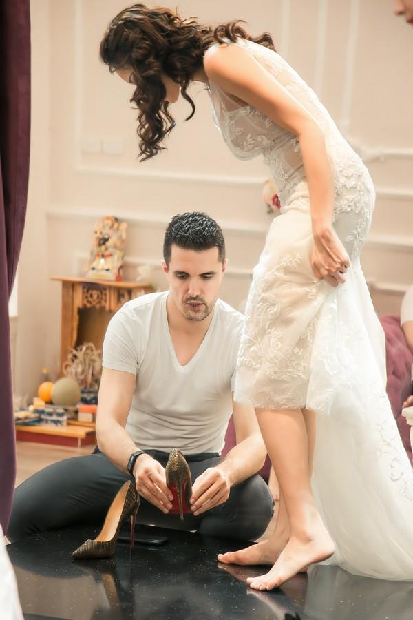 Sát ngày cưới, Phương Mai mới sắp xếp được thời gian cùng ông xã đi thử váy cưới tại showroom của NTK Lek Chi. Trước đó hai tháng, cô đã làm việc với nhà thiết kế để đặt may riêng những trang phục cho ngày trọng đại.