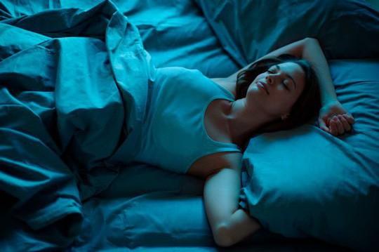 Phòng ngủ bị quấy nhiễu bởi ánh sáng nhân tạo có thể khiến bạn tăng cân, tăng nguy cơ béo phì - ảnh minh họa từ internet