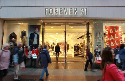 Forever 21 hay Topshop đầu tư quá nhiều vào các cửa hàng lớn ở trung tâm thương mại. Ảnh: The Journal.