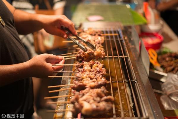 Thịt được tẩm ướp với nhiều gia vị, sau khi nướng lên sẽ tạo ra hợp chất gây ung thư có tên gọi là nitrosamines.