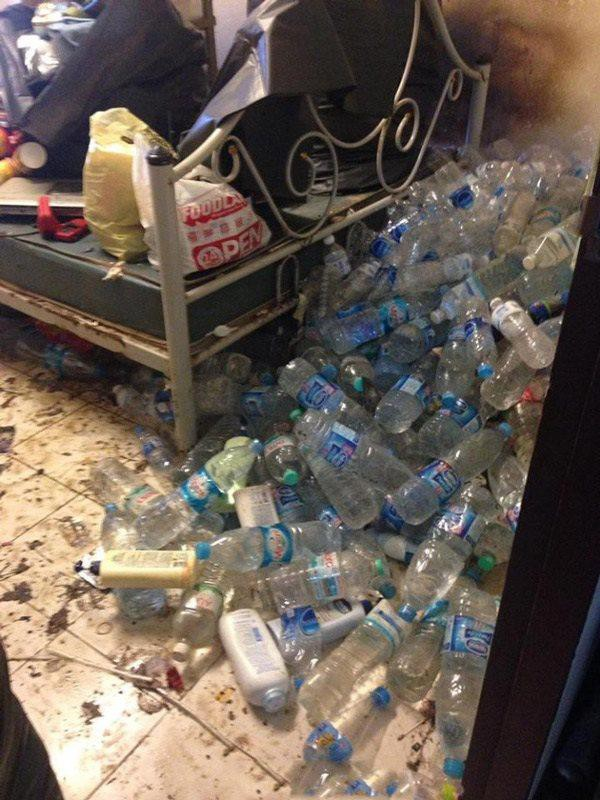 Vỏ chai nước chất cao như núi.