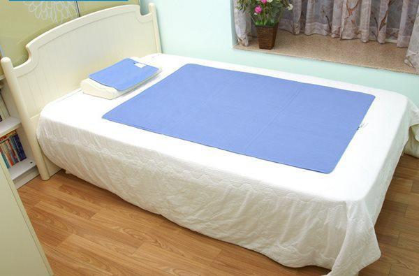 Bạn có thể phơi đệm ra nắng hoặc giặt giũ và thay ga giường hàng tuần để tránh vi khuẩn tiếp xúc với cơ thể.