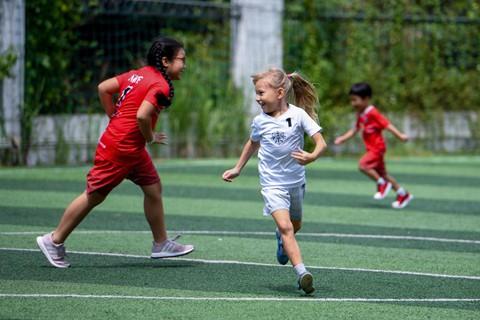 Học sinh CIS có cơ hội được chơi nhiều môn thể thao khác nhau. Trường có 43 đội thể thao, dành cho học sinh từ 7-18 tuổi, bao gồm cầu lông, bóng rổ, bóng đá, bơi lội, bóng chuyền và nhiều môn khác.
