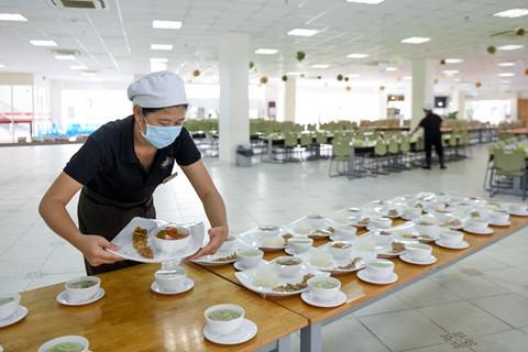 Bữa ăn cho toàn bộ học sinh, giáo viên, nhân viên của trường được phục vụ chu đáo.