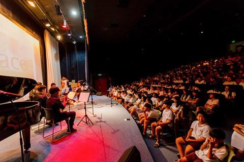 Khi học môn Âm nhạc, học sinh CIS có những buổi thực hành biểu diễn trên sân khấu, trước khán giả là học sinh, phụ huynh toàn trường.