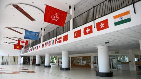Trường Quốc tế Canada (CIS) dạy chương trình phổ thông theo tiêu chuẩn Bộ Giáo dục Ontario (Canada) từ mẫu giáo đến lớp 12. Hiện, trường có gần 1.000 học sinh ở các cấp học. Mỗi lớp tối đa 25 học sinh. Đây là môi trường giáo dục quốc tế, đa dạng văn hóa với cộng đồng học sinh đến từ 26 quốc gia.