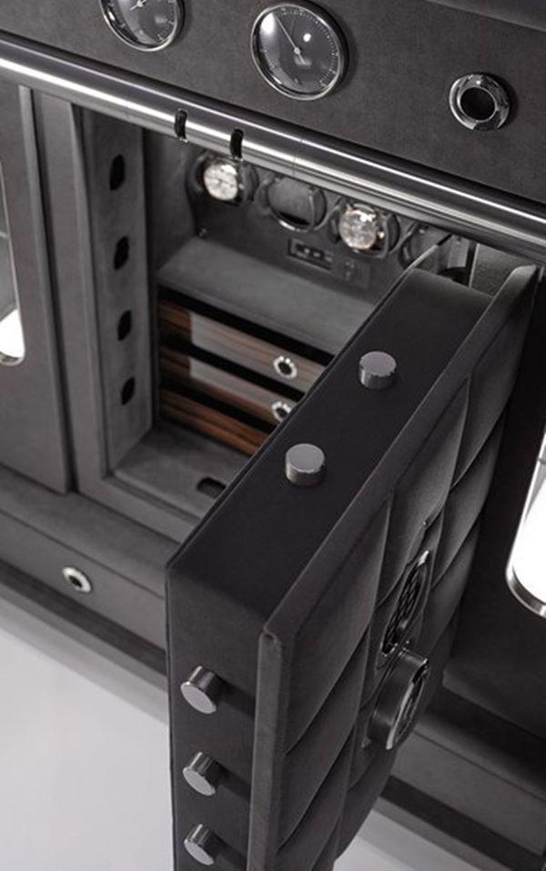 Chiếc két được trang bị kính chống đạn dày 16mm.