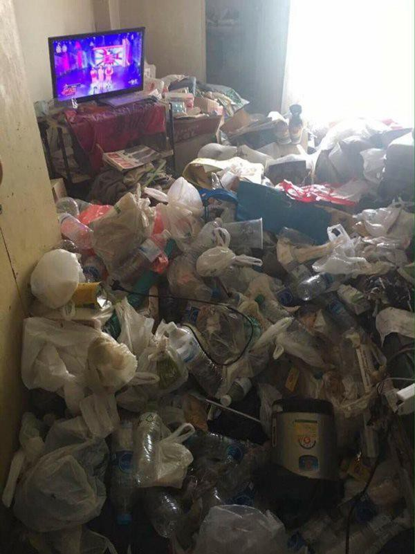 Phòng ngập rác nhưng cô gái thuê nhà lại đổ lỗi cho nhân viên vệ sinh.