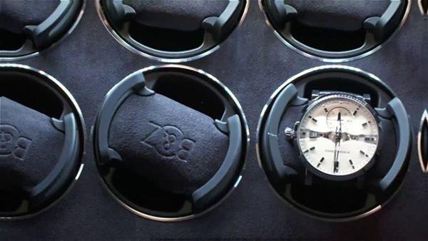 Bên trong két có 46 ngăn để đồng hồ và một ngăn kéo ở giữa.
