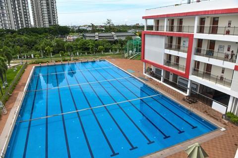 Bể bơi dành cho hoạt động vui chơi, học tập của trường. CIS có 2 bể bơi, một dành cho học sinh tiểu học đến trung học, một bể bơi khác nhỏ, nông hơn dành cho học sinh mẫu giáo.