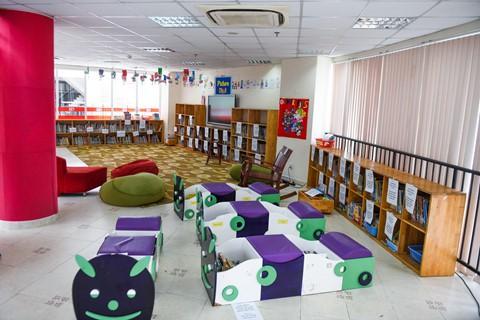 Học sinh có thể tự tìm kiếm sách mình muốn đọc. Dùng xong, các em sắp xếp sách về chỗ ban đầu. Các bộ phận khác của trường hoạt động theo thời gian của năm học chính khóa, còn thư viện mở cửa cả năm, kể cả thời gian nghỉ hè.