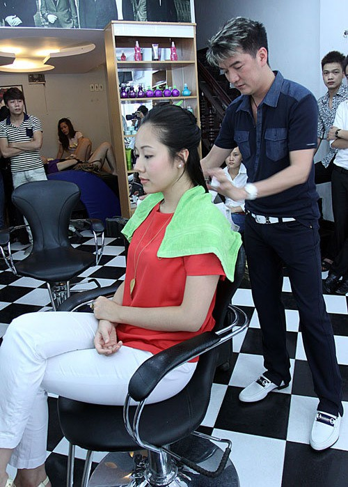 Đàm Vĩnh Hưng cắt tóc cho hoa hậu Ngô Phương Lan.